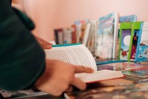 Alumno escogiendo un libro./DIVINO 05