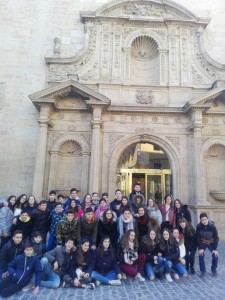 Foto del grupo minutos antes de iniciar su visita al Parlamento de La Rioja.