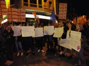 Mujeres manifestándose con carteles
