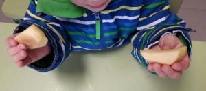 Niño de infantil comiendo manzana./ ILUSOLE