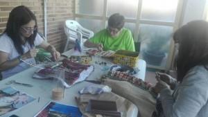 Madres elaborando el vestuario