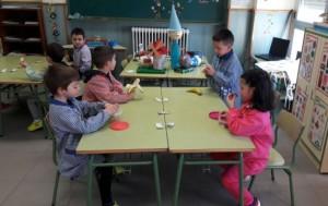 Niños del cole almorzando fruta./ ILUSOLE