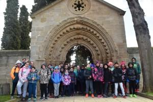 Preparados para comenzar la etapa desde la Puerta románica del Cementerio de Navarrete./ ILUSOLE